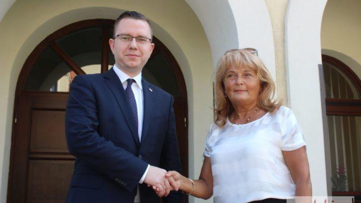 Adela Szklarz kontra Władysław Bigus. W tle logo PiS