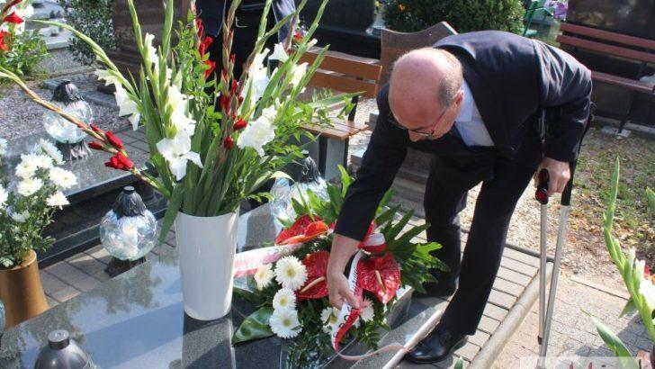 Kwiaty na grobach ofiar Zbrodni Lubińskiej