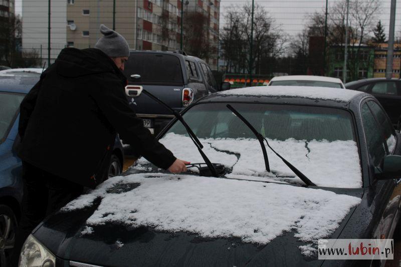Śnieg, ślisko – policjanci uczulają kierowców i pieszych