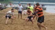 Rugbyści na plażowym turnieju