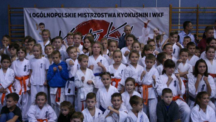 Młodzi wojownicy kyokushin we wspaniałej formie