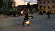 Żongluje ogniem w rynku