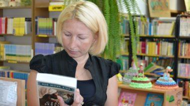 Latem dorośli częściej sięgają po książki