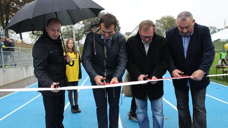 Otwarcie stadionu w strugach deszczu