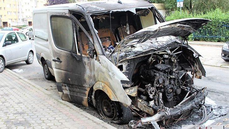 W nocy spłonęło auto