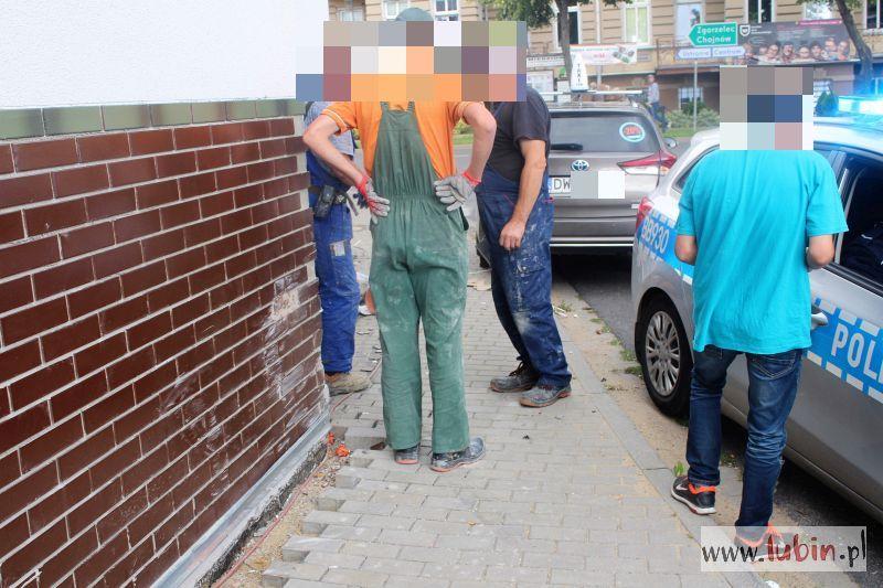 Rozpędzona taksówka wjechała w budowlańców