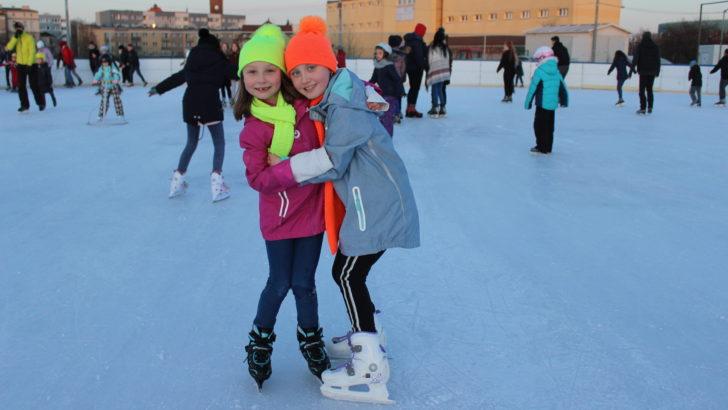 Sportowe zakończenie ferii na lodowisku