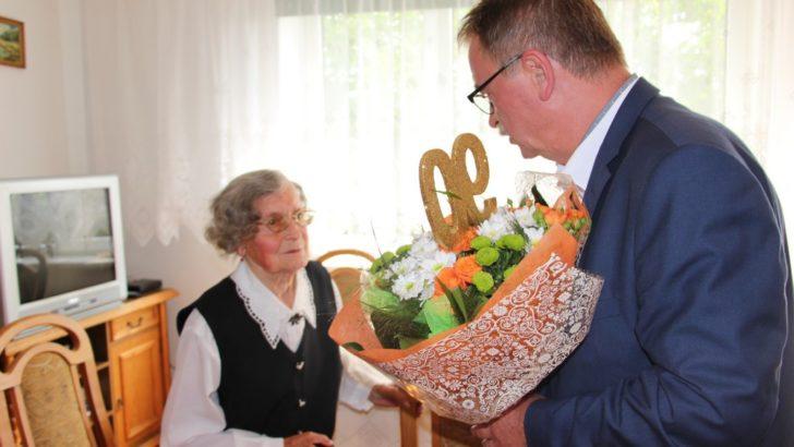 Tort, rogaliki i życzenia w 90. urodziny