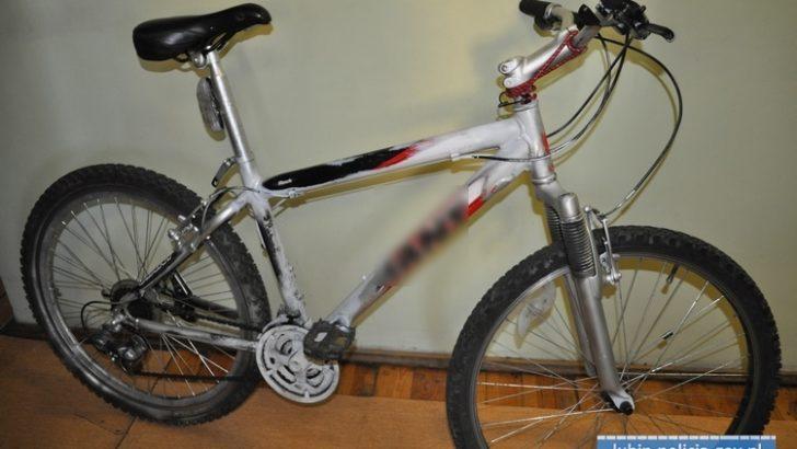 Porzucony, przemalowany rower na Bieszczadzkiej. Ktoś poznaje zgubę?
