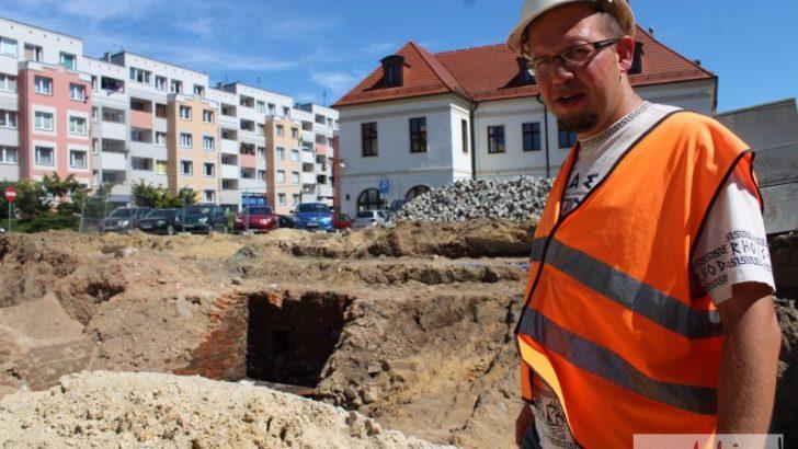 Stare piwnice wstrzymały prace w Rynku