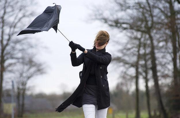 Ulewne deszcze i silne wiatry. Pierwszy stopień zagrożenia
