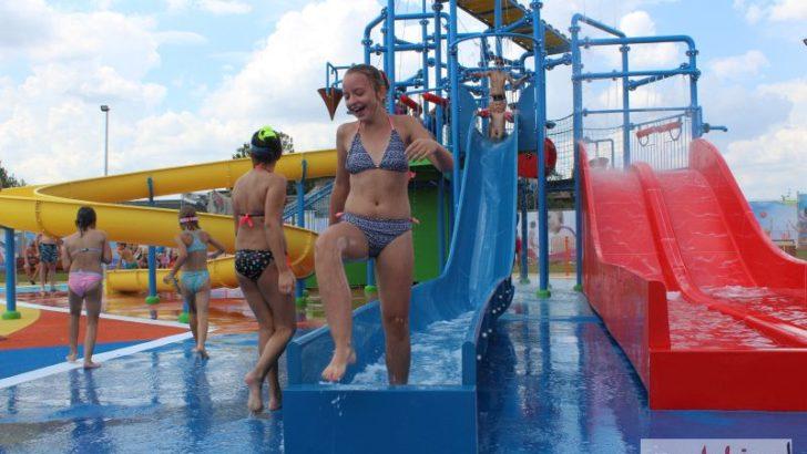 Dzieci szaleją na nowym placu zabaw na basenie