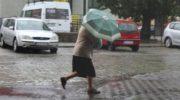 Gwałtowne ulewy nad miastem. IMGW ostrzega
