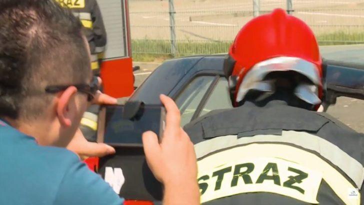 Gapie z telefonami na miejscu wypadku. Zamiast pomóc, filmują