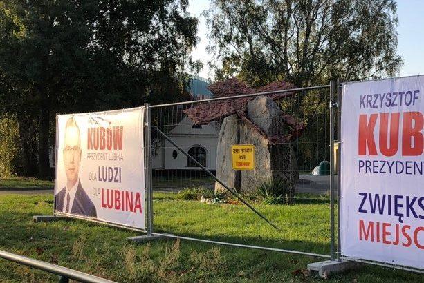 Plakaty wyborcze w miejscu tragicznej zbrodni