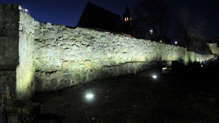 Mury na Wzgórzu oświetlone