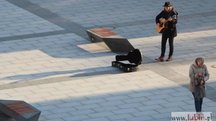 Chłopak z gitarą na lubińskim rynku