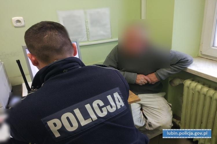 Próbował oszukać policjantów... udając, że śpi