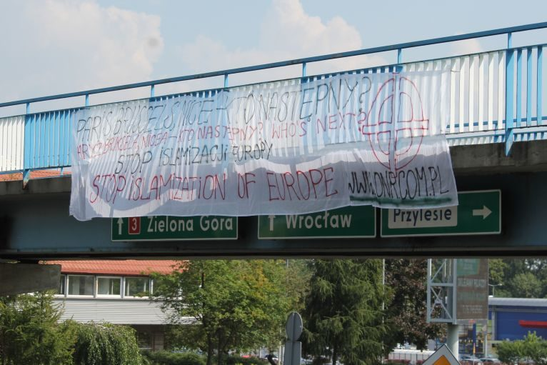 """""""Stop islamizacji"""" – transparent narodowców w Lubinie"""